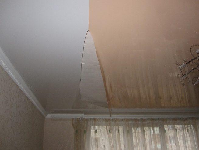 Разрыв натяжного потолка по шву