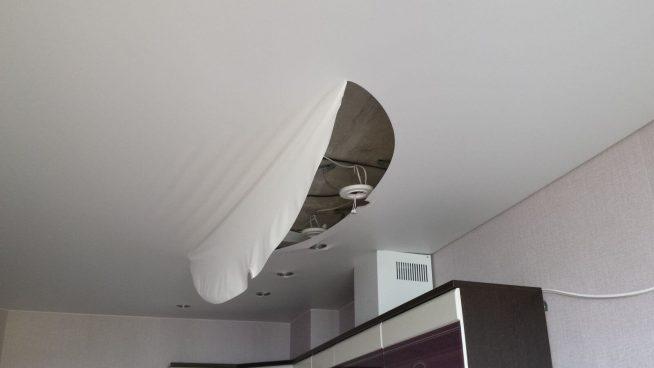 Разрыв потолочного полотна по причине чрезмерного натяжения
