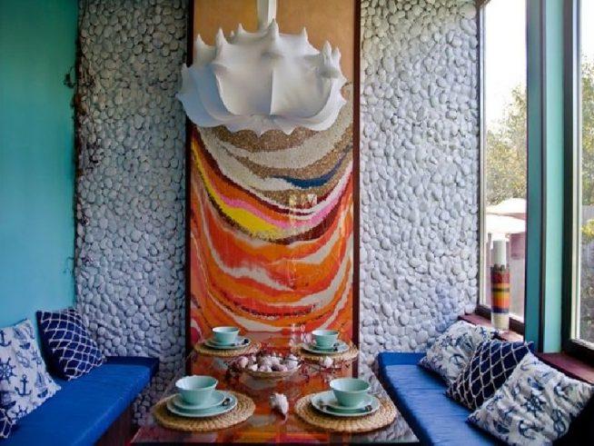 Декорирование стены галькой