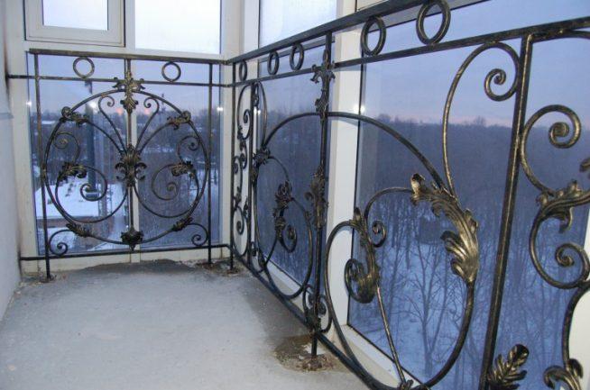 Кованые элементы на балконе