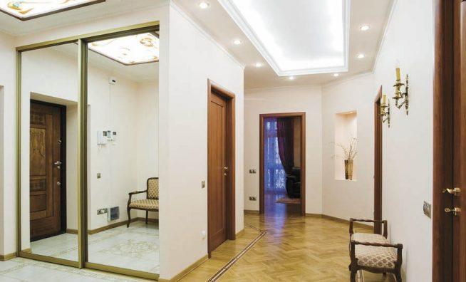 Точечные светильники в узком коридоре