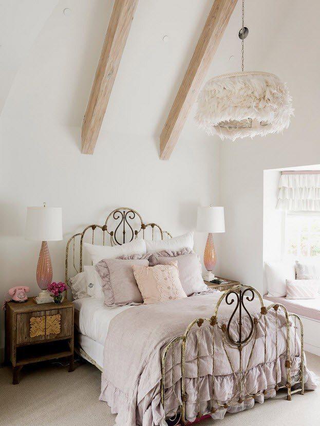Потолочные балки в спальне шебби-шик