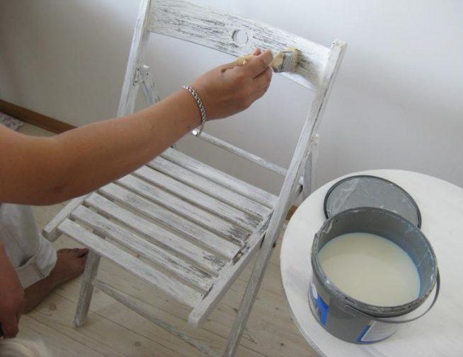 Процесс окраски стула белым цветом
