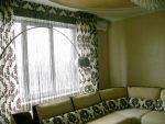 Тонкая кисея и шторы с ламбрекеном в интерьере гостиной