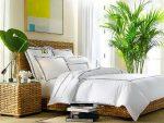 Уютная спальня с плетеной мебелью