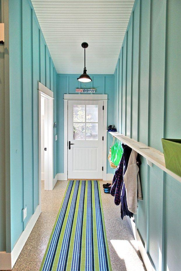 Узкий коридор в голубых тонах
