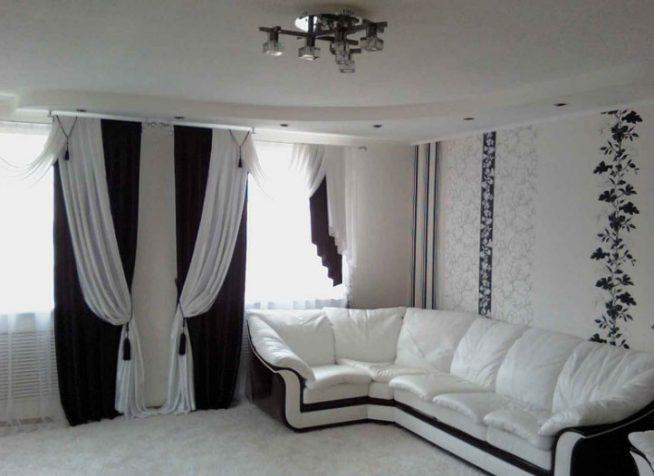 Дизайн зала с черным диваном