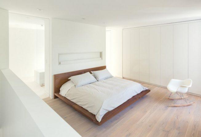 Просторная спальня с двумя окнами