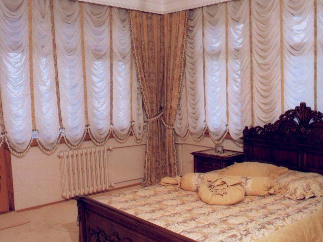 Короткие шторы до подоконника в спальне