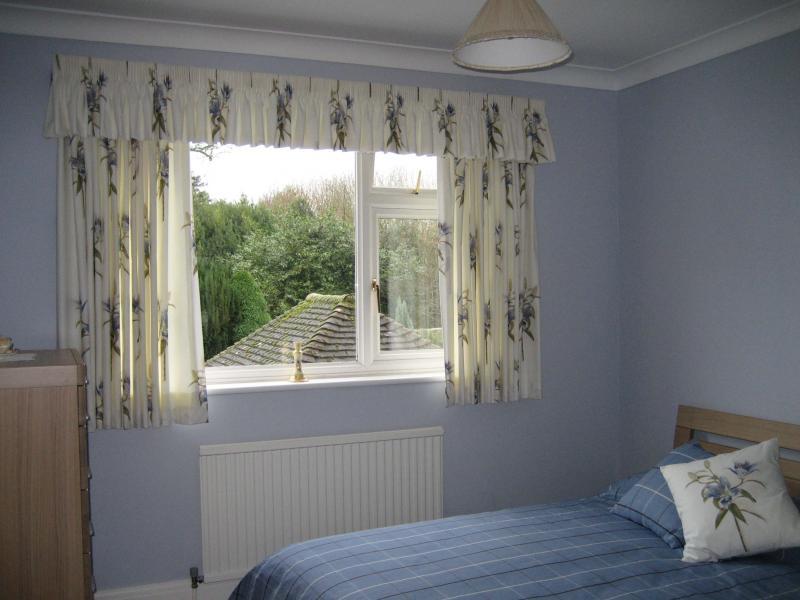 Короткие шторы в спальню