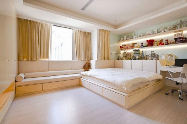 Короткие шторы в женской спальне