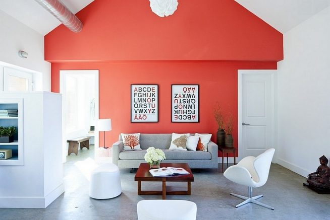 Красная стена в гостиной модерн