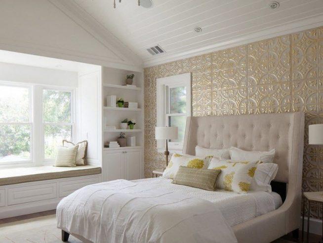 Кровать с высоким изголовьем в тон стен