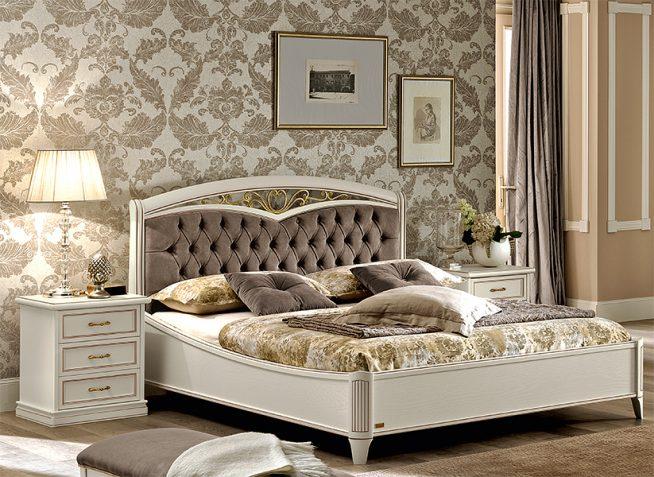 Белая кровать с изголовьем, декорированным элементами ковки
