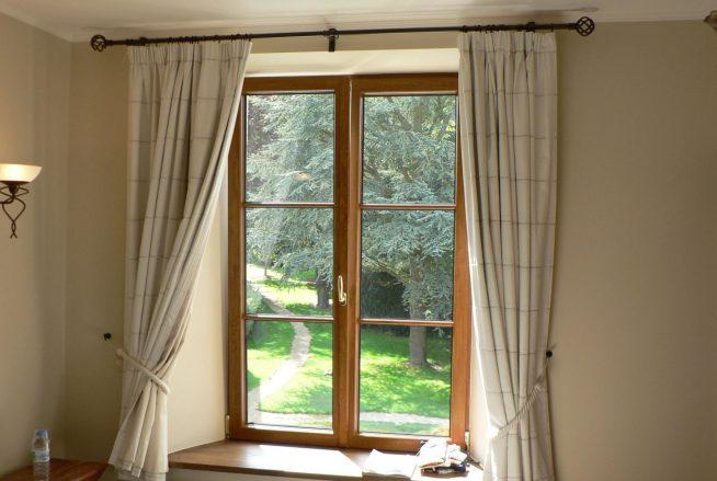 Непритязательные короткие шторы