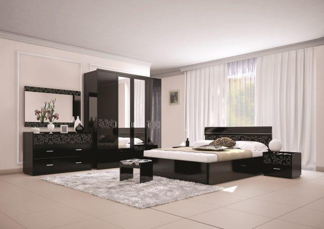 Расстановка мебели в спальне с кроватью у окна