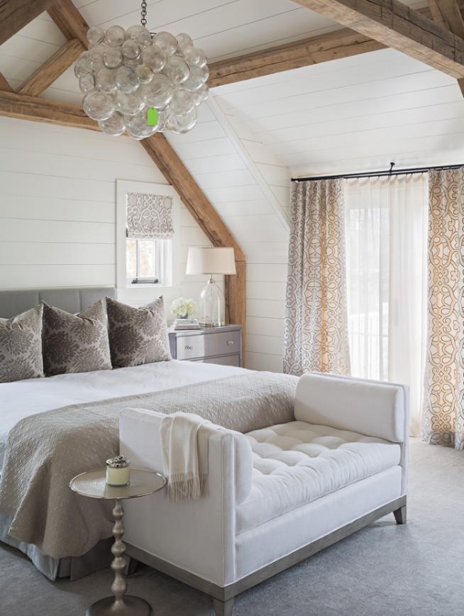 Спальня с мини-диванчиком в изножье