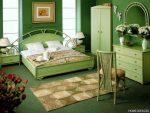 Насыщенные оттенки зелёного в спальне