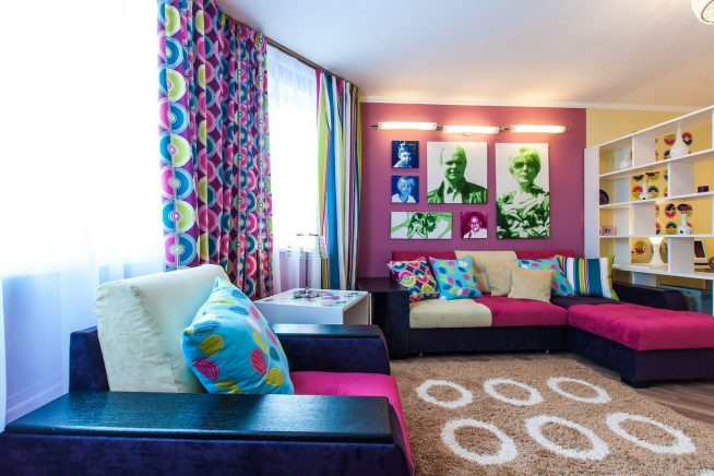Яркие шторы в гостиной
