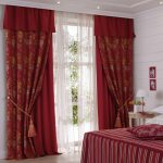 Интерьер спальни с бордовым текстилем