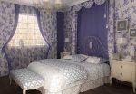 Бело-голубая спальня с оригинально оформленным изголовьем
