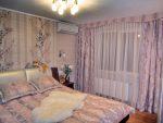 Узкий фигурный ламбрекен-карниз в интерьере спальни