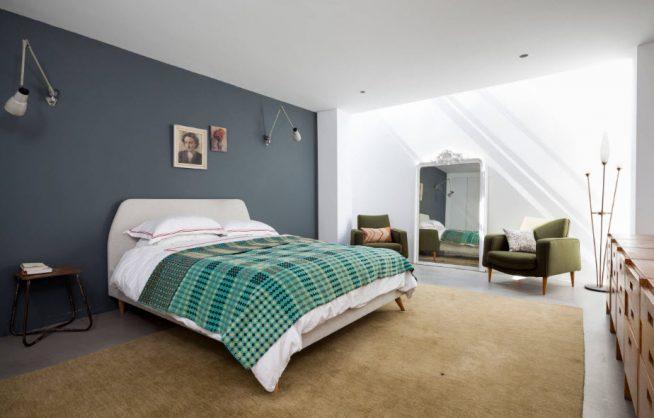 Спальня со стенами разных серых оттенков
