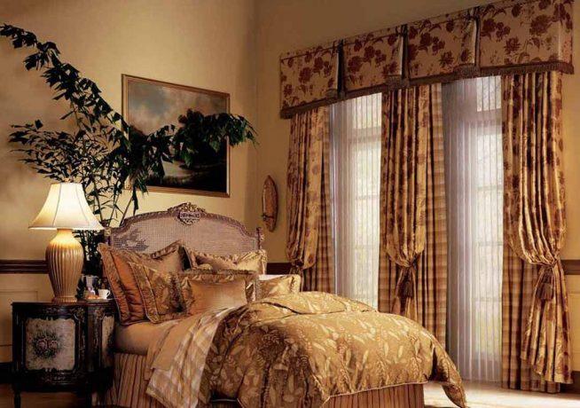 Спальня в английском стиле в бежево-коричневых тонах