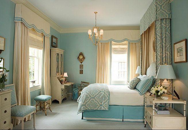 Спальня в бежево-голубых тонах с фигурным лабрекеном