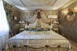 Бежевая спальня барокко