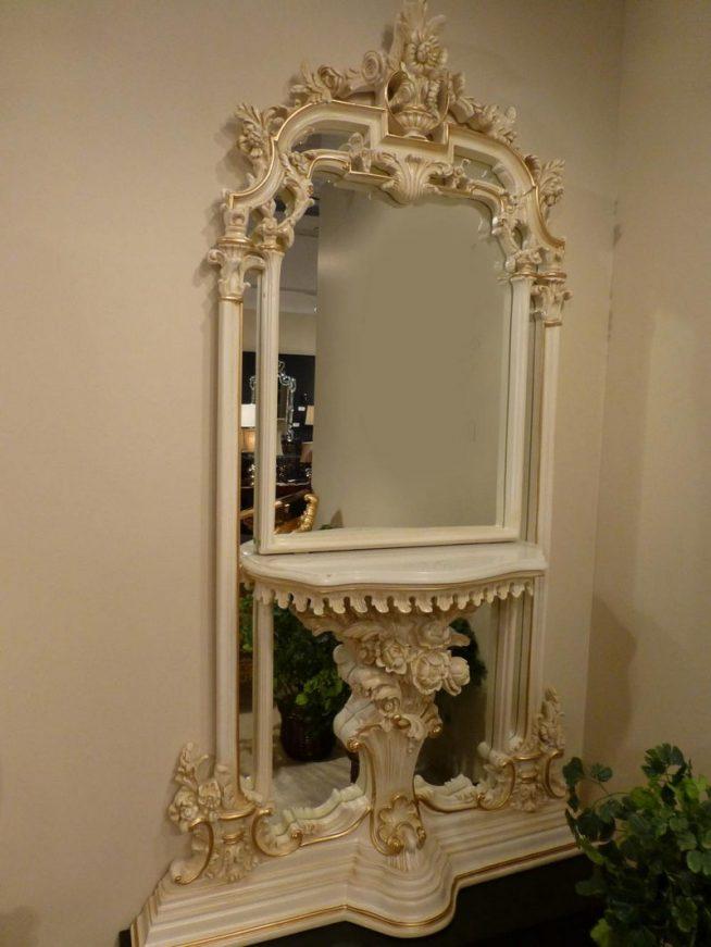 Барочное зеркало в проходной