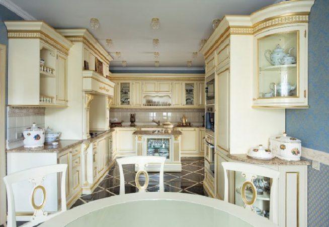Интерьер светлой кухни барокко
