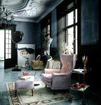 Нежно-розовое кресло в интерьере квартиры