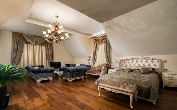 Совмещённая спальня с гостиной в классическом стиле