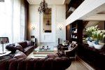 Классическая гостиная со светлыми стенами и тёмной мебелью