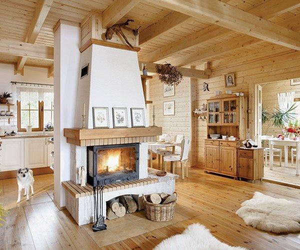 Дизайн просторной гостиной с камином в деревянном доме