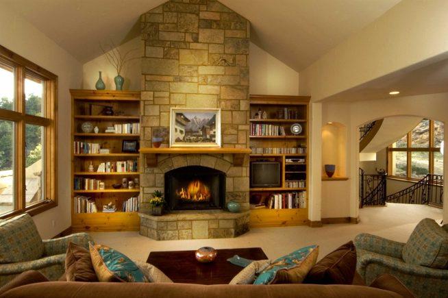 Камин в дизайне просторной гостиной