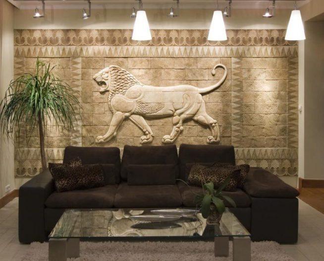Дизайн гостиной с массивной каменной стеной