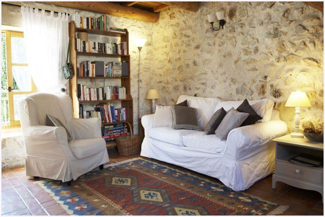 Дизайн гостиной в стиле кантри с каменной стеной