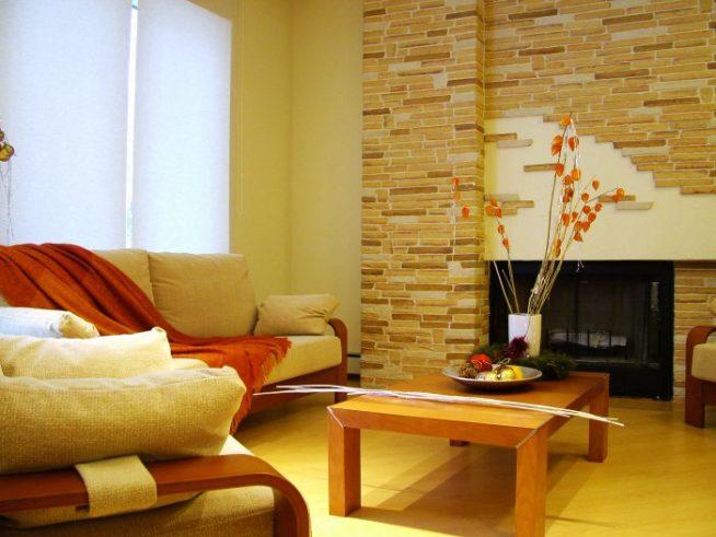 Камень в интерьере гостиной с камином