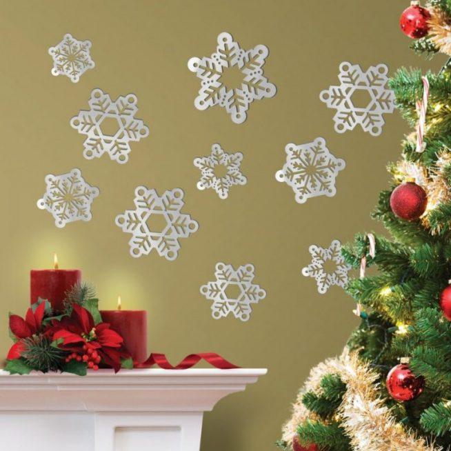 Украшение стены к Новому году бумажными снежинками