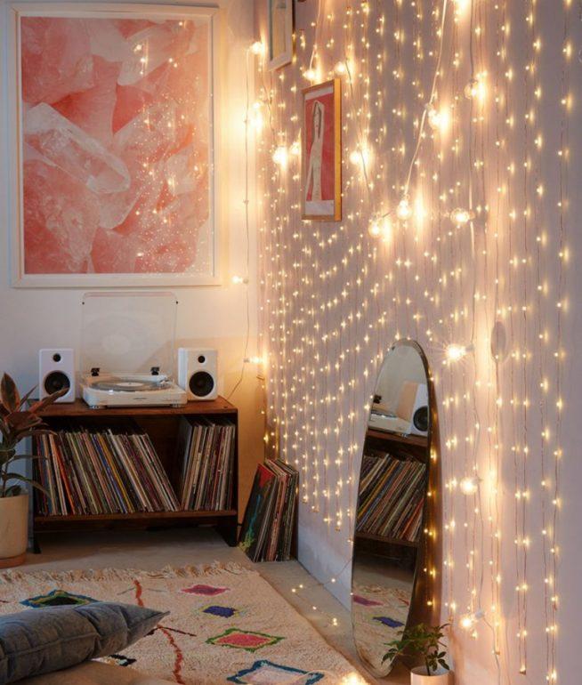 Украшение стены к Новому году с помощью светящихся гирлянд