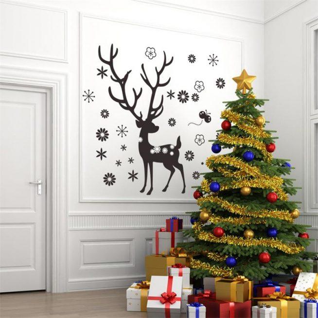 Украшение стены к Новому году с помощью наклеек