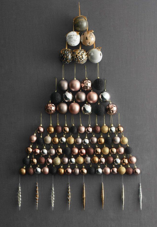 Украшение стены к Новому году ёлочными шарами