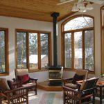 Дизайн гостиной с деревянными окнами