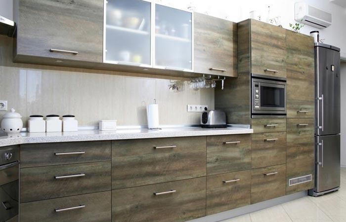 Кухонный гарнитур расположен в один ряд в доль стены