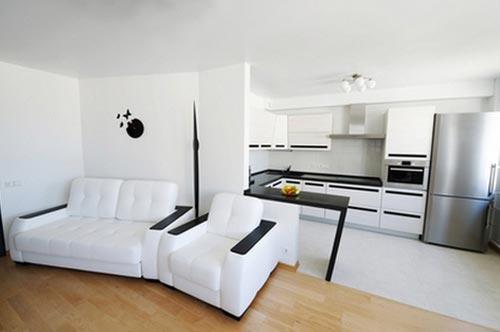 Дизайн интерьера кухни выполнен в светлых тонах