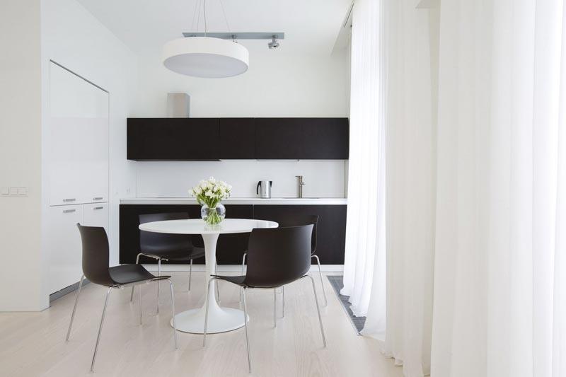 Дизайн кухни в светлых тонах в квартире