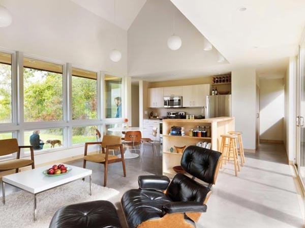 Дизайн кухни студии с удобным расслабляющим креслом