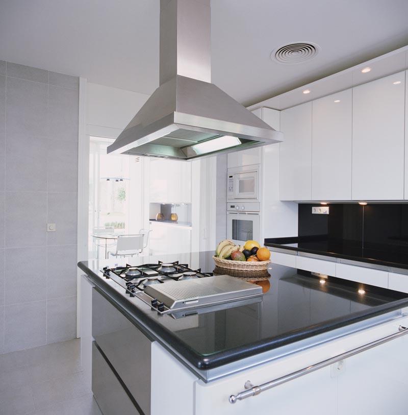 Дизайн кухни студии с большой вытяжкой